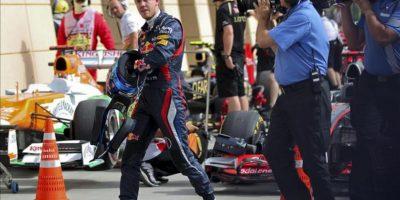 El piloto alemán de Fórmula Uno Sebastian Vettel (i), del equipo Red Bull, tras la tercera sesión de entrenamientos libres y clasificación para el Gran Premio de Fórmula Uno de Baréin, celebrado en el circuito de Sakhir, cerca de Manama (Baréin). EFE