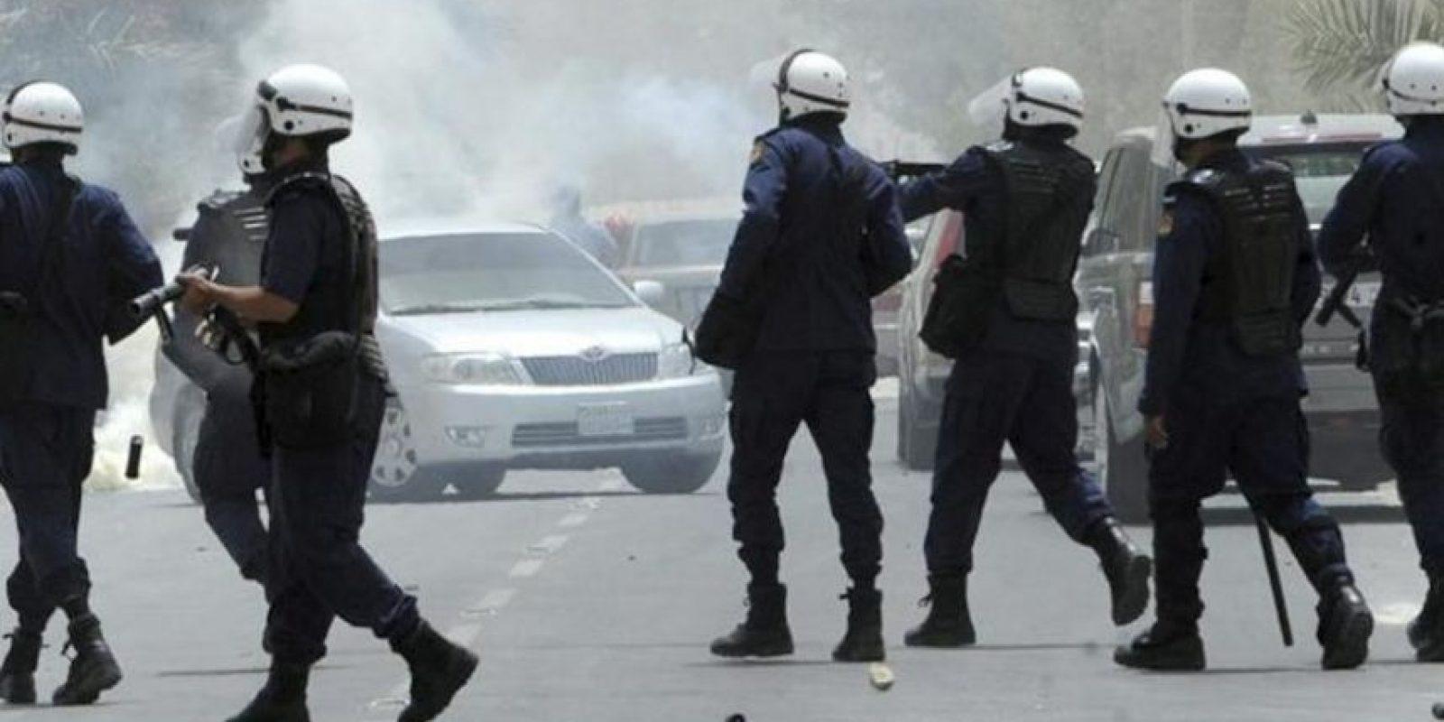 Policías bareiníes lanzan gas lacrimógeno a los manifestantes durante unos disturbios en la villa de Shakura al norte de Manama en Baréin. EFE
