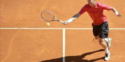 El tenista checo Tomas Berdych le devuelve una bola al serbio Novak Djokovic durante la semifinal del Masters 1.000 de Montecarlo, en Roquebrune Cap Martin, Francia. EFE