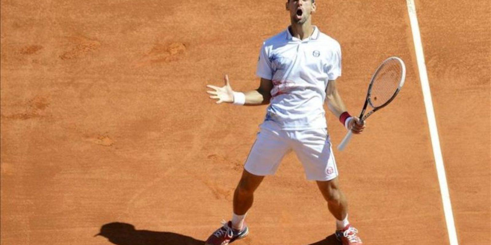 El tenista serbio Novak Djokovic reacciona tras perder un punto ante el checo Tomas Berdych durante la semifinal del Masters 1.000 de Montecarlo, en Roquebrune Cap Martin, Francia. EFE