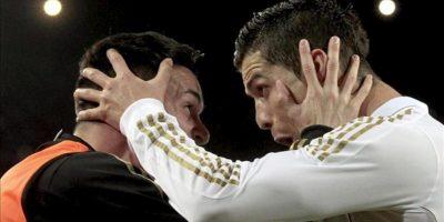 El delantero portugués del Real Madrid Cristiano Ronaldo (d) celebra su gol, segundo de su equipo, junto a su compañero José Callejón durante el partido, correspondiente a la trigésimo quinta jornada de Liga de Primera División, que disputó el conjunto blanco con el FC Barcelona. EFE