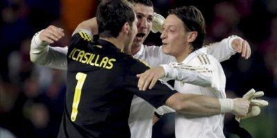 Los jugadores del Real Madrid, (i-d) Casillas, Cristiano Ronaldo y Mezut Ozil, celebran la victoria del equipo blanco a la finalización del encuentro correspondiente a la trigésimo quinta jornada de Liga de Primera División, que les ha enfrentado al F. C. Barcelona en el estadio del Camp Nou. EFE