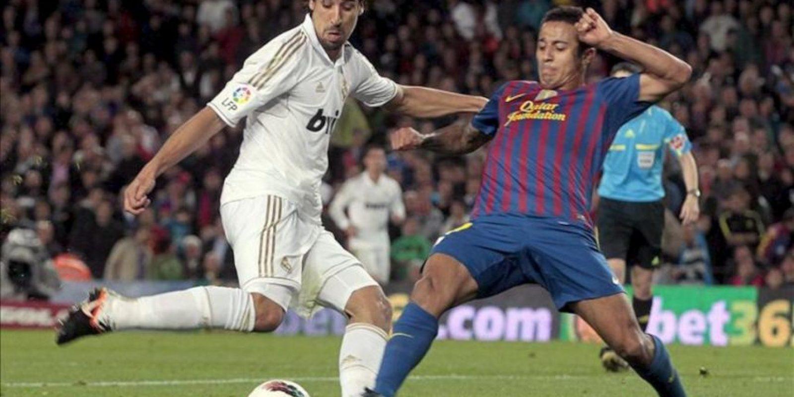 El centrocampista del FC Barcelona Thiago Alcántara (d) pugna por el balón con el mediocentro alemán del Real Madrid Sami Khedira durante el partido, correspondiente a la trigésimo quinta jornada de Liga de Primera División, que han disputado ambos equipos en el Camp Nou. EFE
