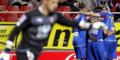 Los jugadores del Levante UD Pedro López (i), Xavi Torres (2i), José Javier Barkero (2d) y Vicente Iborra celebran el primer gol durante el partido, correspondiente a la trigésimo quinta jornada de Liga de Primera División en el estadio Ramón Sánchez Pizjuán. EFE