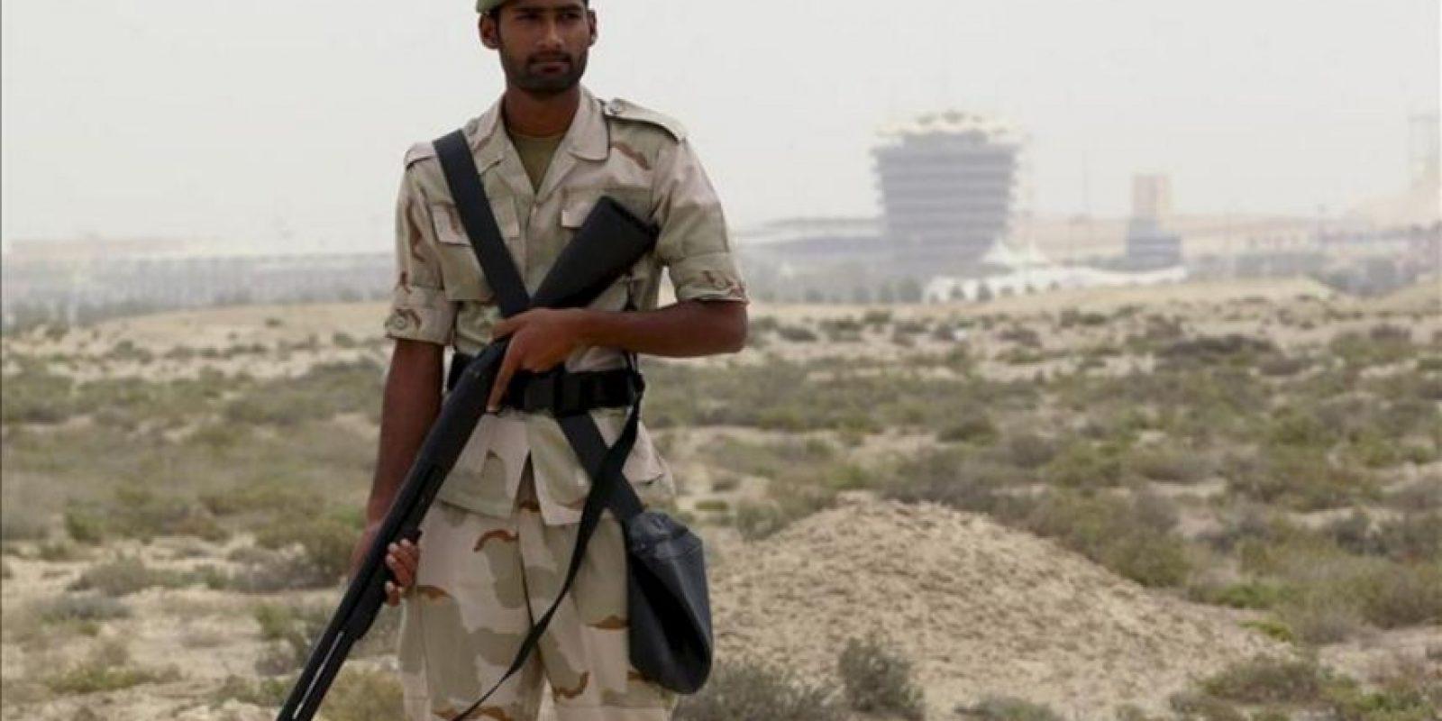 Un soldado resguarda los alrededores del circuito de Sakhir, para impedir que haya concentraciones, especialmente dentro de Manama y en la carretera que conduce al circuito de Sakhir, antes del inicio del Gran Premio de Baréin. EFE