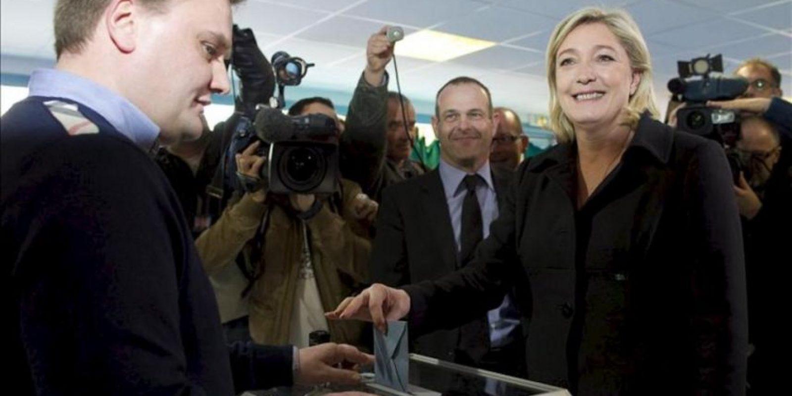 La candidata ultraderechista a la presidencia gala, Marine Le Pen, del Frente Nacional, vota hoy en un colegio electoral de Henin-Beaumont. EFE