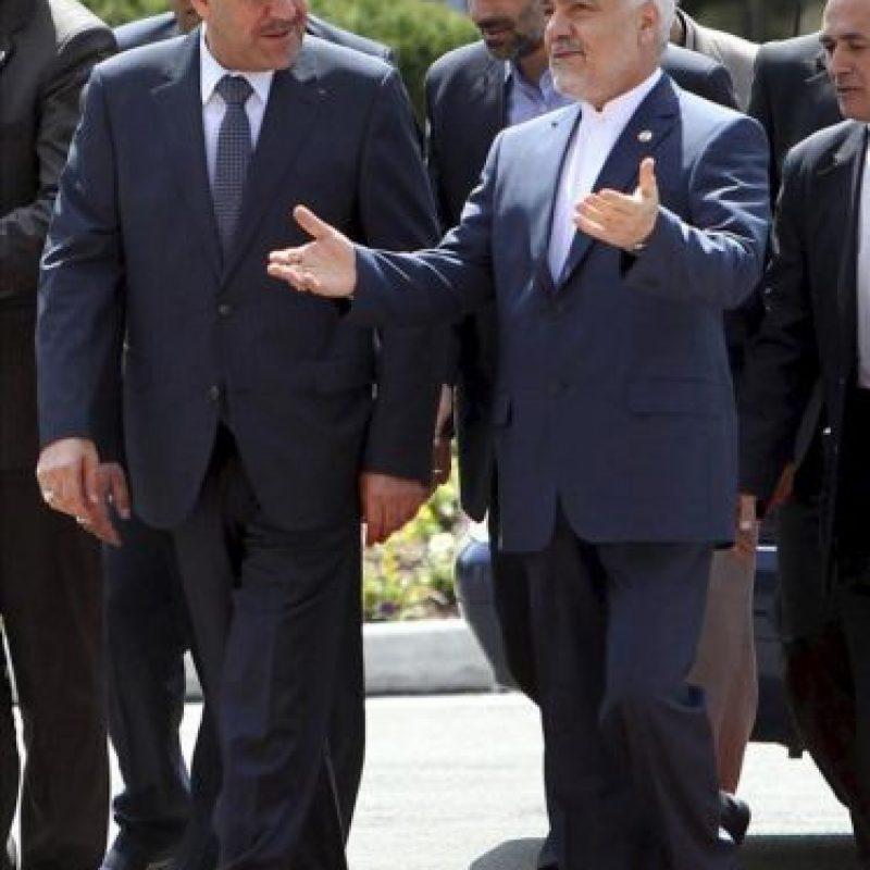 El vicepresidente iraní, Mohamad Reza Rahimi (dcha), da la bienvenida al primer ministro iraquí, Nuri al Maliki (izq), a su llegada hoy al Palacio Presidencial en Irán (Teherán). EFE