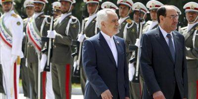 El vicepresidente iraní, Mohamad Reza Rahimi (c) y el primer ministro iraquí, Nuri al Maliki (dcha), pasan revista hoy a la guardia de honor en el Palacio Presidencial en Irán (Teherán). EFE