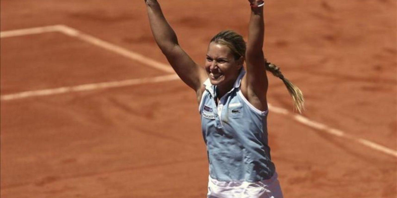 La tenista eslovaca Dominika Cibulkova celebra su victoria ante la española Silvia Soler durante el partido de la eliminatoria por la permanencia en el Grupo Mundial de la Copa Federación de Tenis, que se disputa en Marbella. EFE