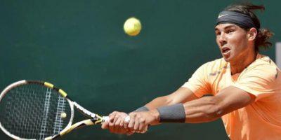 El español Rafael Nadal devuelve la bola al serbio Novak Djokovic durante la final del torneo de tenis de Montecarlo, que se disputa en Roquebrune Cap Martin, Francia. EFE