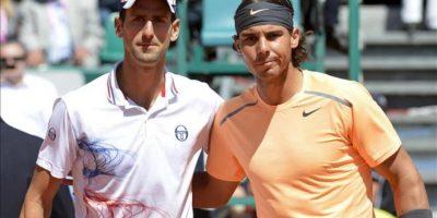 El español Rafael Nadal (d) posa junto al serbio Novak Djokovic durante la final del torneo de tenis de Montecarlo, que se disputa en Roquebrune Cap Martin, Francia. EFE