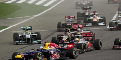 El piloto alemán Sebastian Vettel (Red Bull) lidera la carrera al comienzo del Gran Premio de Baréin, cuarta prueba del Campeonato del Mundo de Fórmula Uno, que se disputa en el circuito de Sakhir, en Manama, Baréin. EFE