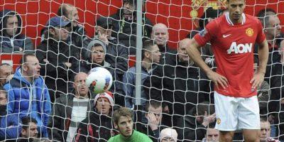El portero español del Manchester United David De Gea (c) se lamenta tras no conseguir parar el 4-4 ante el Everton durante el partido de la Liga inglesa de fútbol disputado en el estadio Old Trafford en Manchester (Reino Unido). EFE
