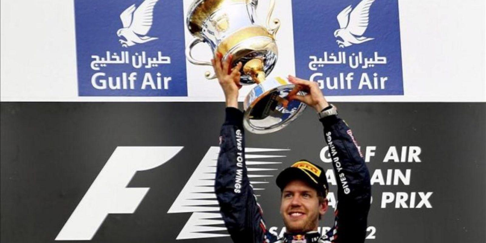 El piloto alemán de Fórmula Uno Sebastian Vettel, de la escudería Red Bull, celebra su victoria en el Gran Premio de Baréin celebrado en el circuito de Sakhir cerca de Manama en Baréin. EFE