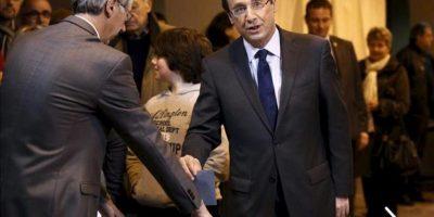 El candidato socialista a la presidencia gala, Francois Hollande (c-d), vota hoy en un colegio electoral de Tulle (Francia), en la primera vuelta de los comicios presidenciales. EFE