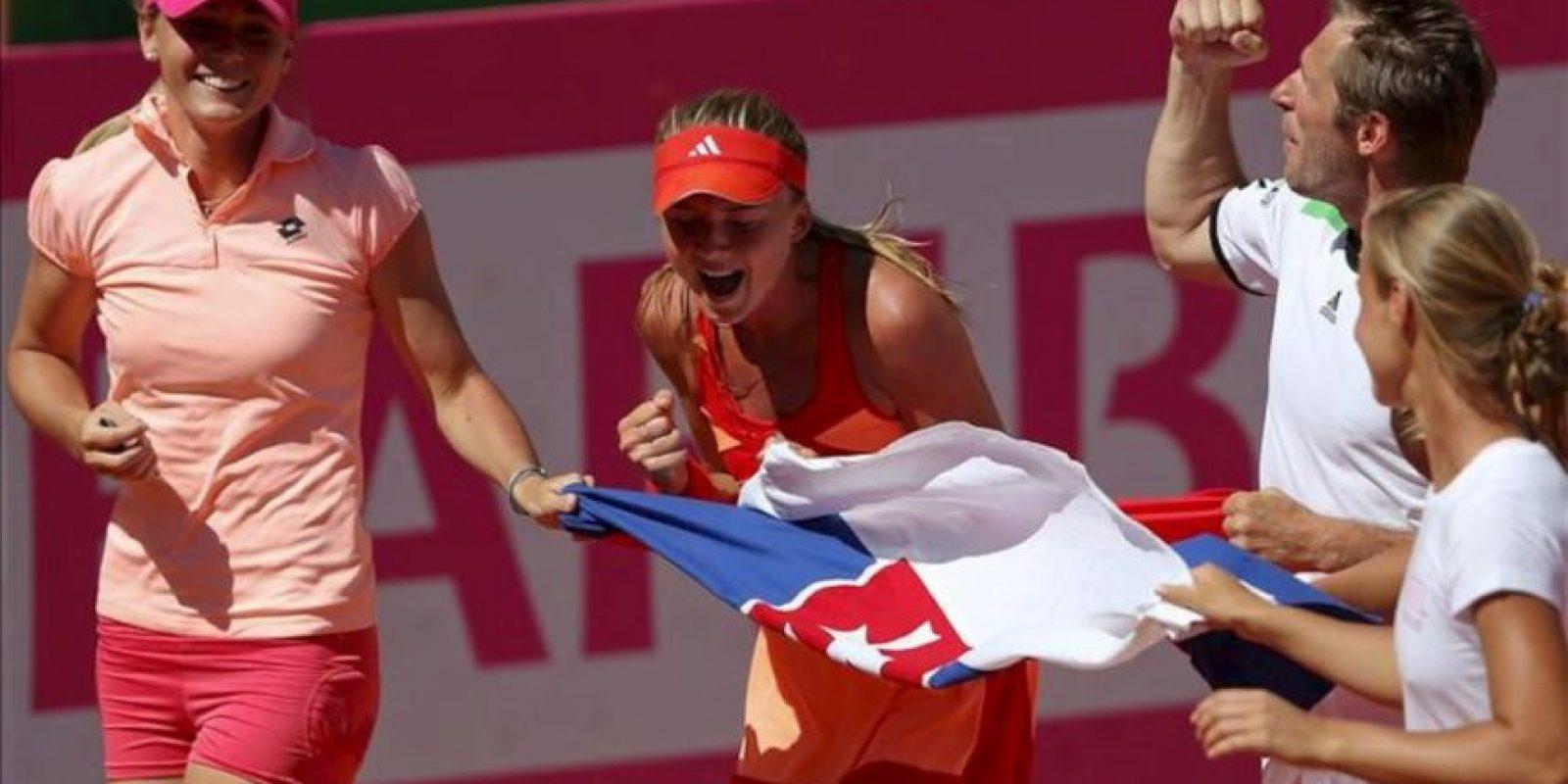 La tenista eslovaca Daniela Hantuchova (c), acompañada por el capitán del equipo, Matej Liptak y su compañera Magadalena Rybarikova dan una vuelta de honor tras ganar el segundo partido ante la española Lourdes Domínguez, en la eliminatoria por la permanencia en el Grupo Mundial de la Copa Federación de Tenis, que se disputa en Marbella. EFE