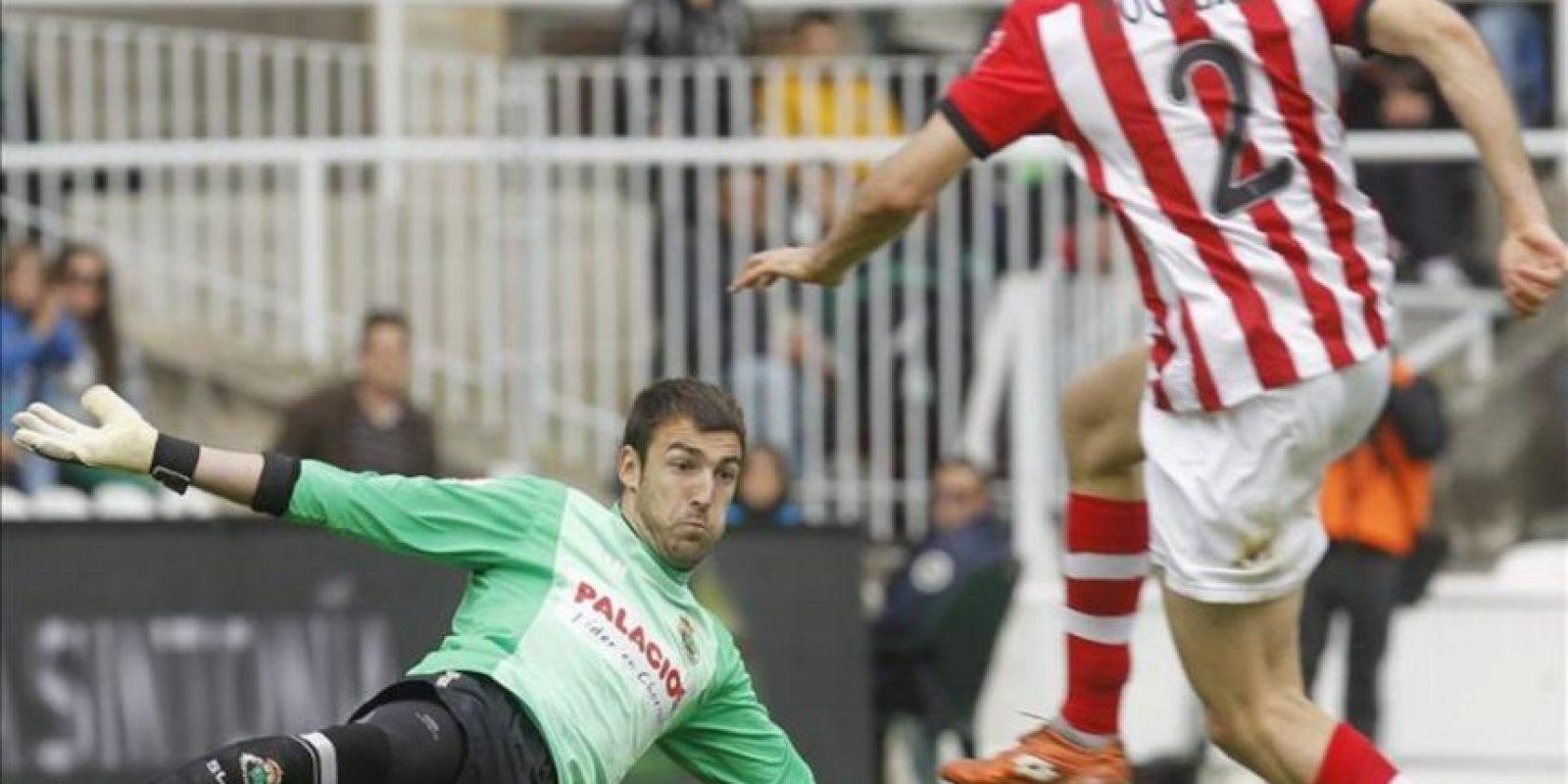 El portero del Racing de Santander, Mario Fernández (i), trata de atajar un lanzamiento del delantero del Athletic de Bilbao Gaizka Toquero durante el encuentro, correspondiente a la trigésimo quinta jornada de la Liga de Primera División en el estadio del Sardinero. EFE