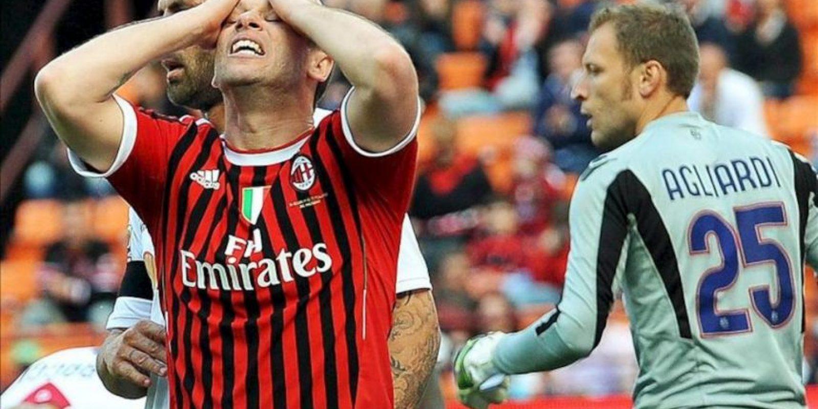 El delantero italiano Antonio Cassano (i), del Milán, se lamenta tras desaprovechar una ocasión de marcar un gol durante el partido de Serie A de la liga italiana de fútbol que enfrentó a su equipo contra el Bolonia en el estadio Giuseppe Meazza de Milán, Italia. El partido finalizó 1-1. EFE