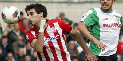 El defensa del Athletic de Bilbao Javi Martínez (i) pugna por el balón con el delantero argentino del Racing de Santander Lautaro Acosta durante el encuentro, correspondiente a la trigésimo quinta jornada de la Liga de Primera División, que han disputado ambos equipos en el estadio del Sardinero. EFE
