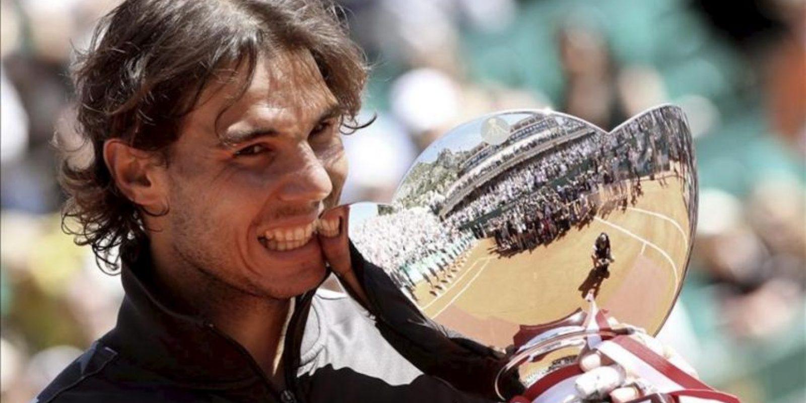 El tenista español Rafael Nadal posa con el trofeo del Masters de Montecarlo tras ganar la final contra el jugador serbio Novak Djokovic en Roquebrune Cap Martin (Francia). Nadal se impuso por 6-3 y 6-1. EFE
