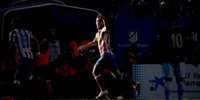 El centrocampista turco del Atlético de Madrid Arda Turan celebra su primer gol, segundo de su equipo, durante el partido correspondiente a la trigésimo quinta jornada de Liga de Primera División, que disputa el conjunto rojiblanco con el RCD Espanyol en el estadio Vicente Calderón. EFE