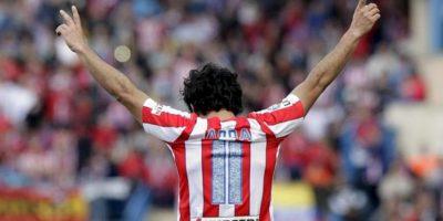 El centrocampista turco del Atlético de Madrid Arda Turan celebra su primer gol, segundo de su equipo, durante el partido correspondiente a la trigésimo quinta jornada de Liga de Primera División, que disputó el conjunto rojiblanco con el RCD Espanyol en el estadio Vicente Calderón. EFE