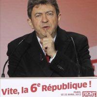 Jean-Luc Mélenchon, candidato por el Frente de Izquierda, comparece ante sus simpatizantes en París, Francia, hoy, domingo 22 de abril de 2012, tras conocerse los primeros datos electorales de la primera ronda de las elecciones presidenciales francesas. El socialista François Hollande ganó hoy la primera ronda de las elecciones presidenciales francesas y disputará la jefatura del Estado al presidente saliente, Nicolas Sarkozy, el 6 de mayo, según los primeros sondeos difundidos en Francia al cierre de las urnas. En tercera posición se sitúa, según esos sondeos, la candidata del ultraderechista Frente Nacional (FN), Marine Le Pen, con entre un 19 y un 20 % de los votos, por delante del izquierdista Jean-Luc Mélenchon (8-11,7%). EFE