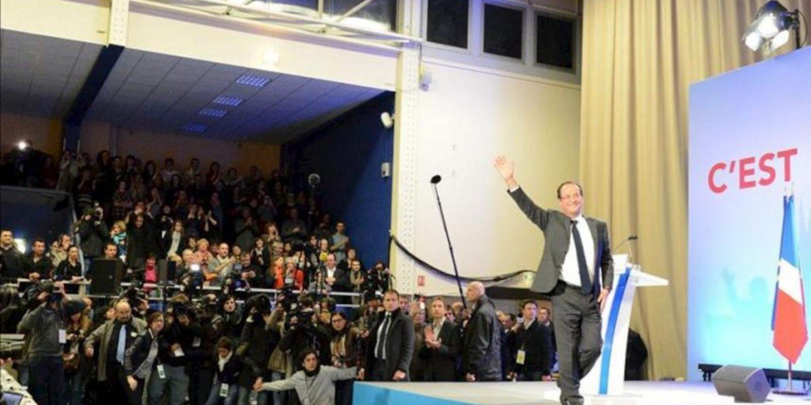 """El candidato presidencial por el Partido Socialista (PS) francés, Francois Hollande, saluda a seguidores hoy, domingo 22 de abril de 2012, durante la primera ronda de las elecciones presidenciales francesas en Tulle (Francia). El favorito candidato francés socialista, Hollande, dijo que su victoria sobre titular Nicolás Sarkozy en la primera ronda electoral fue una """"desautorización"""" a Sarkozy, quien ha """"jugado el juego de la extrema derecha"""". Hollande encabezó la primera vuelta entre un 28.4 y 29.3 por ciento de la votación, comparado con un 25.5 y 27 por ciento de Zarkozy, de acuerdo a lo mostrado por las encuestas. EFE"""
