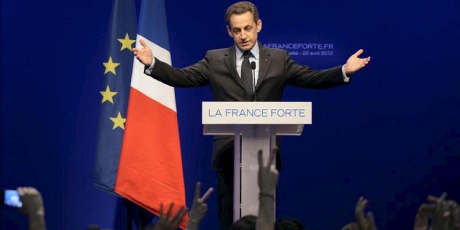 """El presidente francés en funciones y candidato por el partido UMP, Nicolas Sarkozy, habla a sus seguidores hoy, domingo 22 de abril de 2012, en París (Francia). Sarkozy, segundo, después del candidato socialista Francois Hollande, en la primera ronda de las elecciones presidenciales disputadas hoy en Francia según los sondeos, dijo comprender """"los temores"""" de sus compatriotas y les pidió apoyo para la segunda vuelta. EFE"""