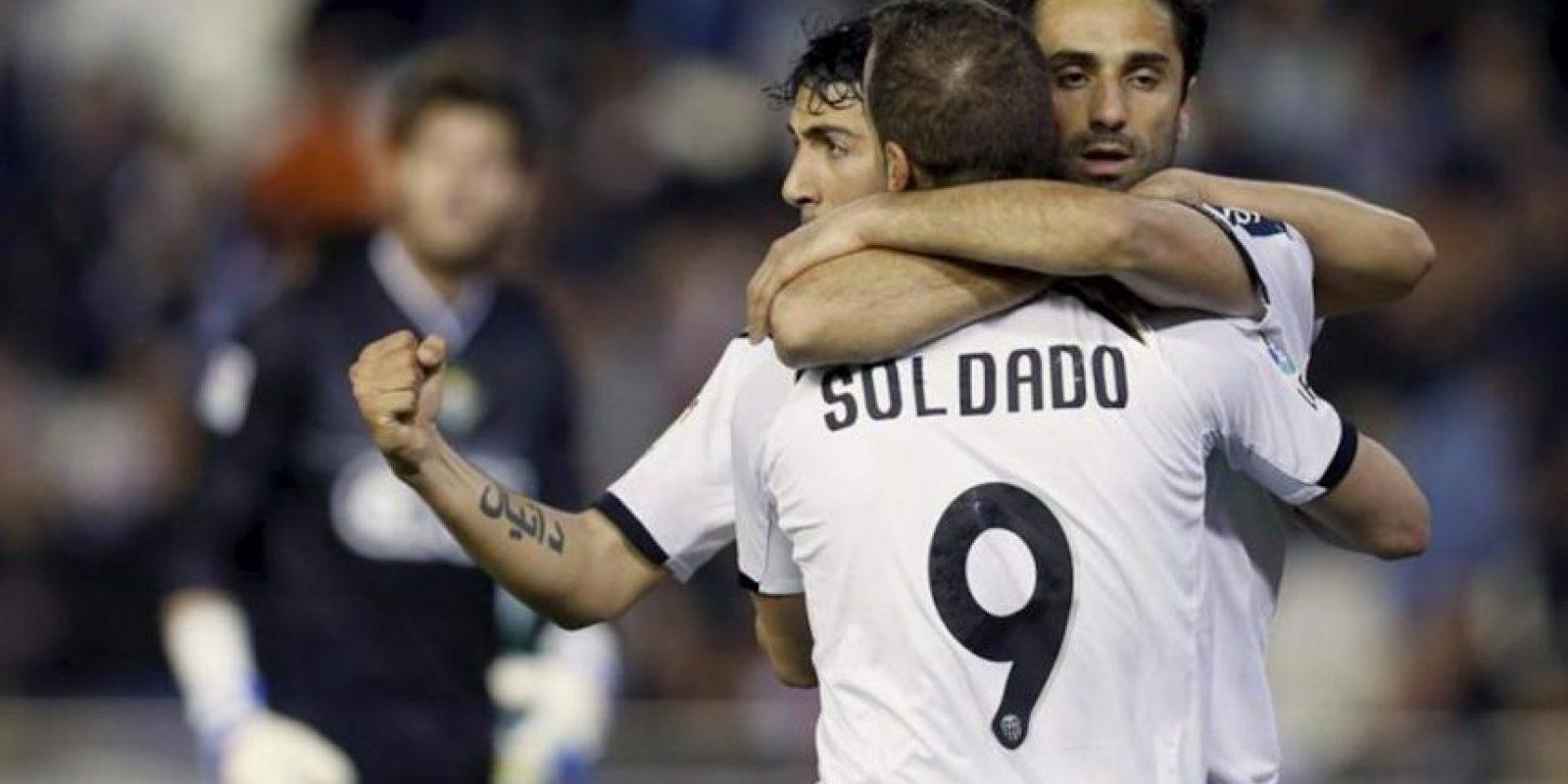 El delantero brasileño del Valencia CF Jonas Gonçalves (d) celebra su gol, primero de su equipo, junto a sus compañeros Dani Parejo (i) y Roberto Soldado durante el partido, correspondiente a la trigésimo quinta jornada de Liga de Primera División, en el estadio de Mestalla. EFE