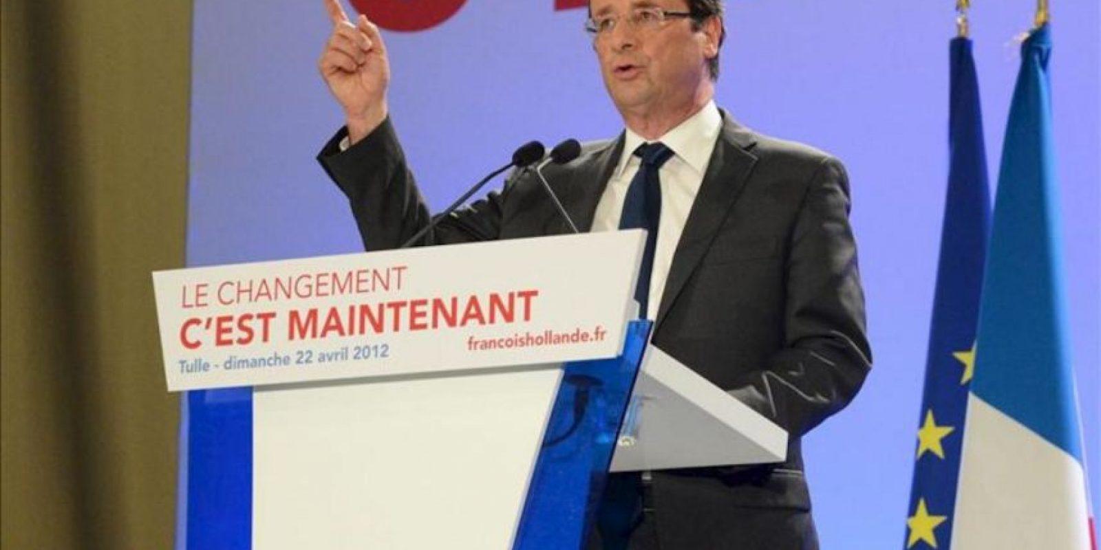 """El candidato presidencial por el Partido Socialista (PS) francés, Francois Hollande, habla a sus seguidores hoy, domingo 22 de abril de 2012, durante la primera ronda de las elecciones presidenciales francesas en Tulle (Francia). El favorito candidato francés socialista, Hollande, dijo que su victoria sobre titular Nicolás Sarkozy en la primera ronda electoral fue una """"desautorización"""" a Sarkozy, quien ha """"jugado el juego de la extrema derecha"""". Hollande encabezó la primera vuelta entre un 28.4 y 29.3 por ciento de la votación, comparado con un 25.5 y 27 por ciento de Zarkozy, de acuerdo a lo mostrado por las encuestas. EFE"""