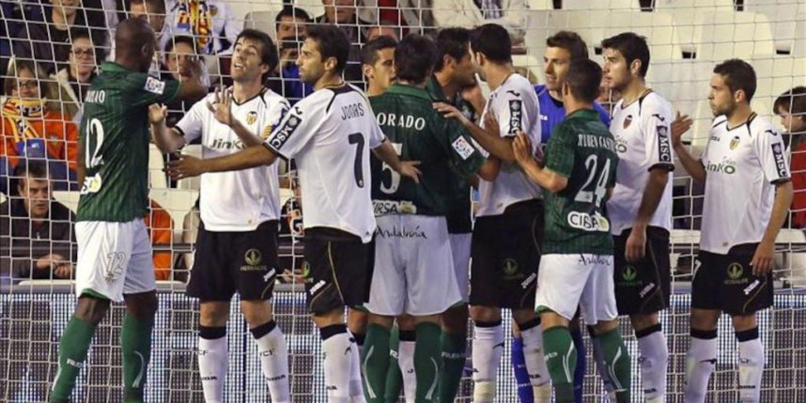 Los jugadores del Valencia CF y del Real Betis se encaran durante el partido, correspondiente a la trigésimo quinta jornada de Liga de Primera División en el estadio de Mestalla. EFE