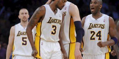El jugador de los Lakers Paul Gasol (c-atrás) es felicitado por sus compañeros Devin Ebanks (c), Kobe Bryant (d) y Steve Blake (i) tras encestar ante los Thunder durante el juego de la NBA en el Staples Center de Los Angeles. EFE