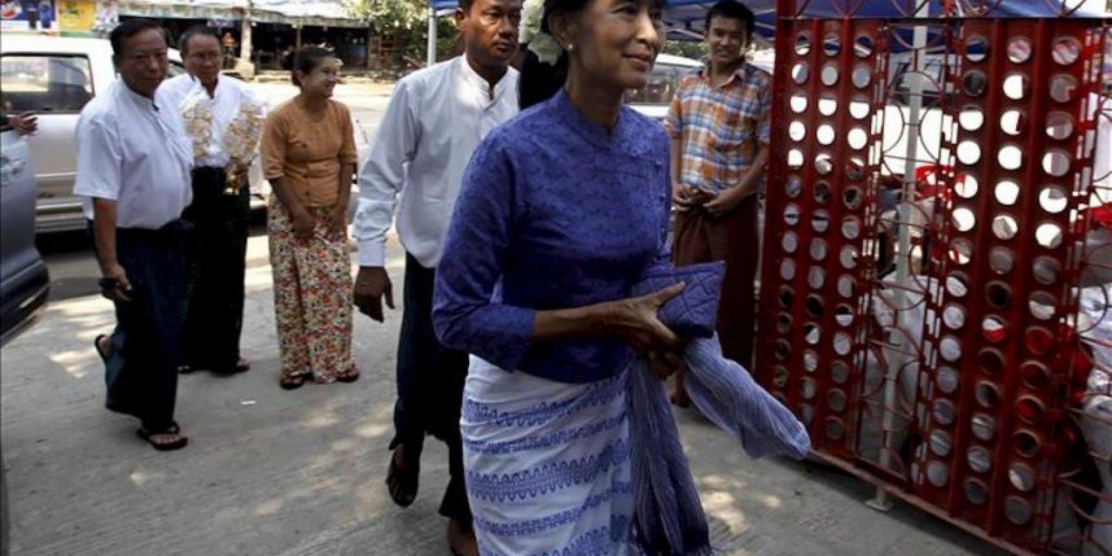 La Nobel de Paz y la líder opositora birmana, Aung San Suu Kyi, que ganó el escaño del distrito electoral de Kawhmu del Parlamento de Birmania por la Liga Nacional por la Democracia (LND), llega a una oración en la sede de su partido en Rangún, Birmania. EFE/Archivo