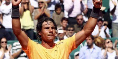 El tenista español Rafael Nadal celebra su victoria ante el jugador serbio Novak Djokovic en la final del Masters de Montecarlo este domingo 22 de abril de 2012. Nadal se impuso por 6-3 y 6-1 consiguiendo este título por octava ocasión consecutiva. EFE