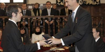 El príncipe de Asturias entrega a Cristóbal Ugarte, nieto de Nicanor Parra, el Premio Cervantes concedido al poeta chileno, quien por su avanzada edad no ha podido viajar a España para recibir el galardón. La ceremonia se ha celebrado en el paraninfo de la Universidad de Alcalá de Henares (Madrid).