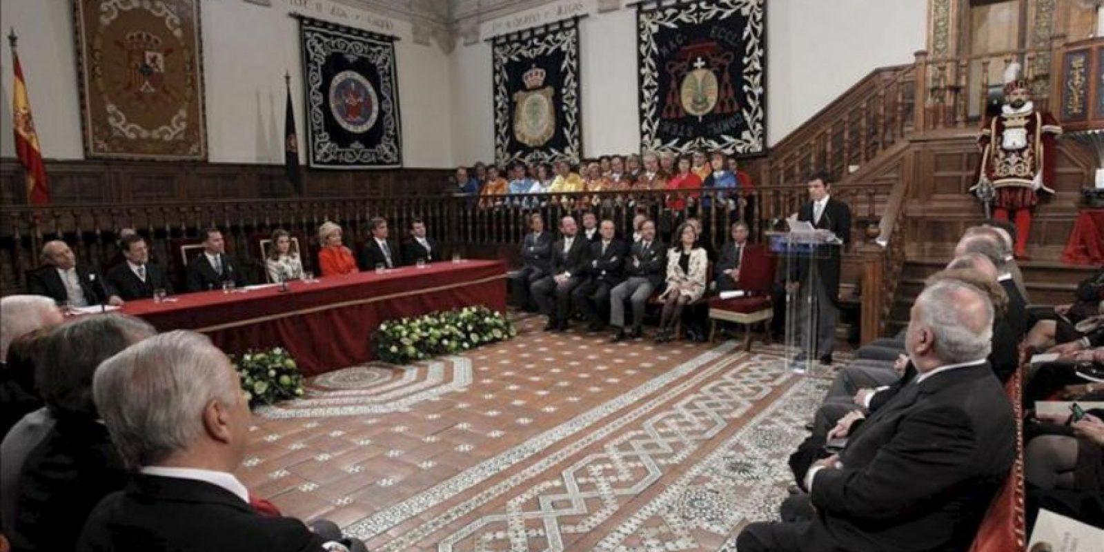 Cristóbal Ugarte (d), nieto del gran poeta chileno Nicanor Parra, lee unas palabras de agradecimiento de su abuelo por la concesión del Premio Cervantes, durante la ceremonia de entrega del galardón, celebrada en el paraninfo de la Universidad de Alcalá de Henares (Madrid), bajo la presidencia del príncipe de Asturias (3i). EFE