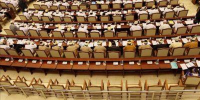 Fotografía de una fila de escaños vacía durante una sesión en la Pyithu Hluttaw (Cámara Baja del Parlamento), en Naypyitaw, Birmania, el 23 de abril de 2012. EFE