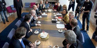 El líder de la coalición de los ultra-derechistas PVV, Geert Wilders (c-izq), y otros presidentes de las facciones mantienen una reunión con la presidenta del Parlamento holandés, Gerdi Verbeet (4ª dcha), para hablar sobre la situación política en La Haya (Holanda) hoy, lunes 23 de abril de 2012, tras haber fracasado las negociaciones del Gobierno con el partido antimusulmán para aprobar los recortes necesarios para rebajar el déficit público. EFE