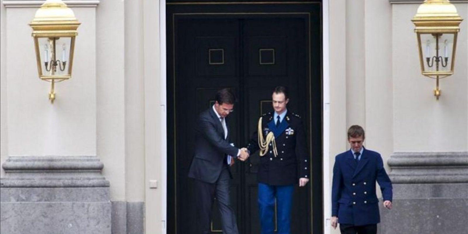 El primer ministro holandés, Mark Rutte (i) a su salida del palacio real de Huis ten Bosch en La Haya, Holanda hoy 23 de Abril de 2012 donde presentó su dimisión y la de todo su gabinete ante la reina Beatriz tras fracasar la negociación del plan de recortes para rebajar el déficit público al 3 % en 2013. EFE