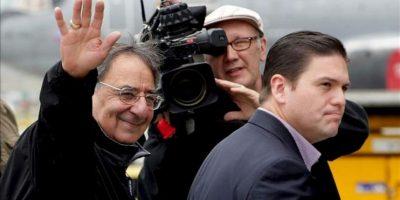 El secretario de Defensa de EEUU, Leon Panetta (i), es recibido por su colega colombiano, Juan Carlos Pinzón (d), a su llegada al aeropuerto militar de Bogotá (Colombia). EFE