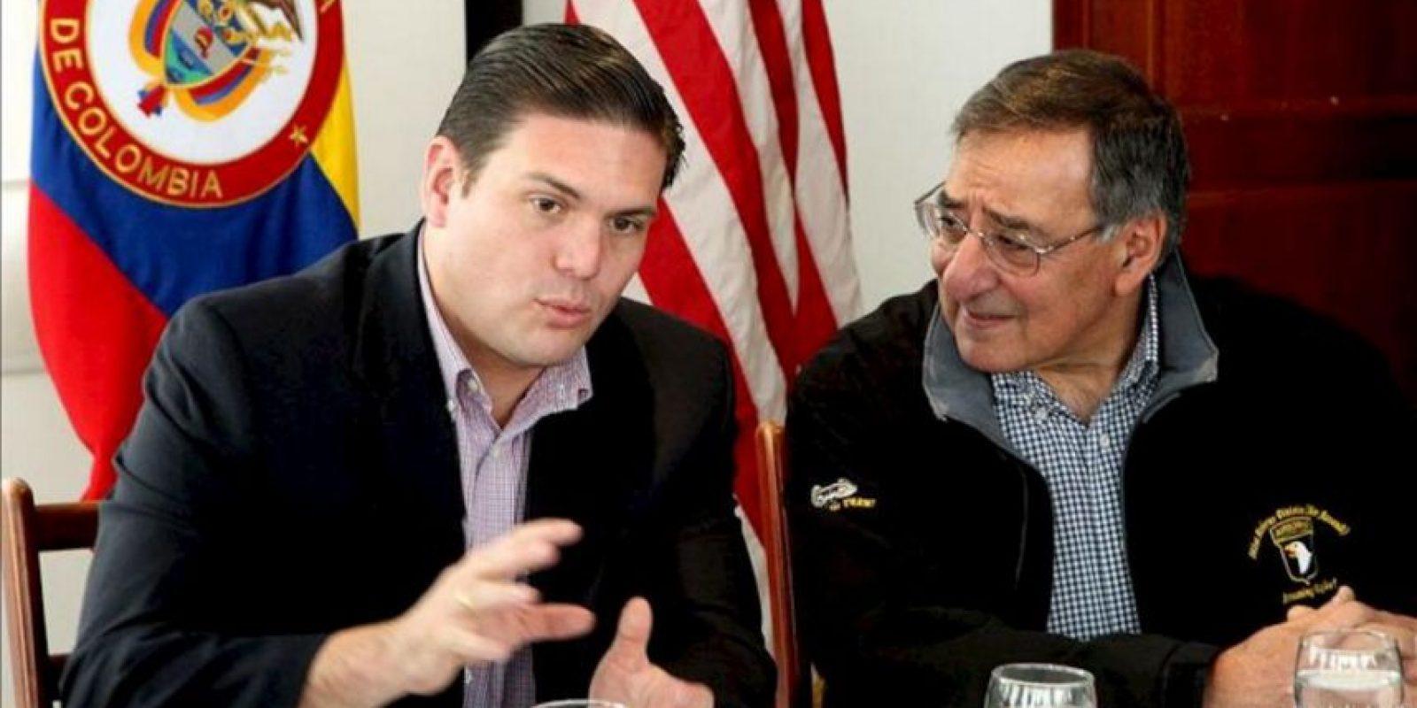 El ministro de Defensa de Colombia, Juan Carlos Pinzón (i), habla con el secretario de Defensa de EEUU, Leon Panetta (d), en el aeropuerto militar de Bogotá (Colombia). EFE