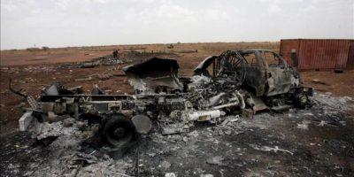 Vista de un vehículo quemado en la zona de Heglig (Sudán). EFE