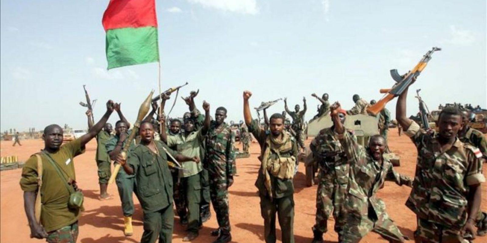 Soldados sudaneses ondean una bandera nacional en la zona de Heglig (Sudán). EFE