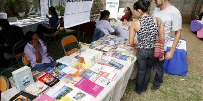 Una pareja de jóvenes asisten a la Feria del Libro en la sede del Instituto Nicaragüense de Cultura Hispánica (INC) en Managua (Nicaragua). EFE