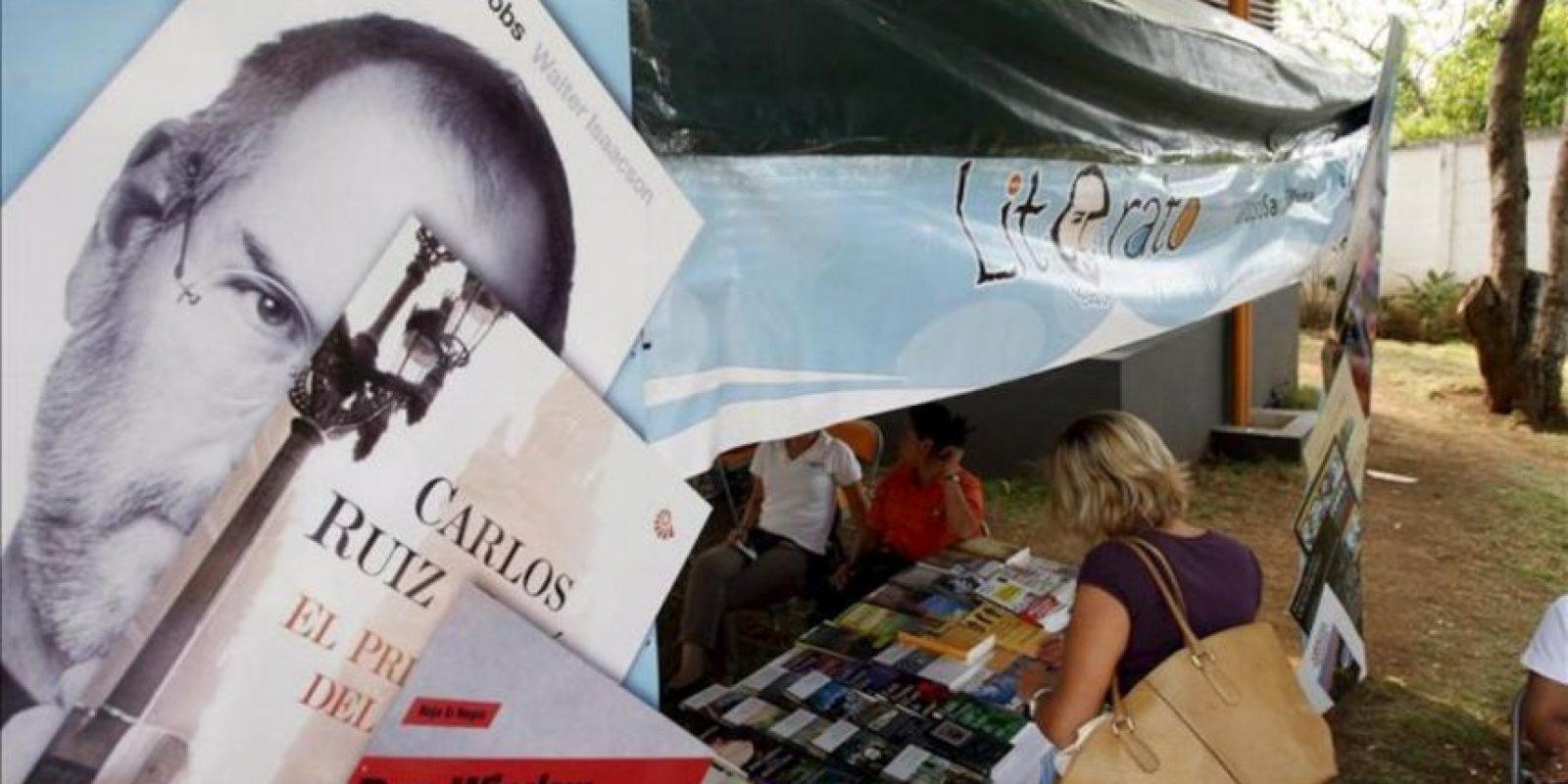 Una mujer asiste a la Feria del Libro en la sede del Instituto Nicaragüense de Cultura Hispánica (INC) en Managua (Nicaragua). EFE