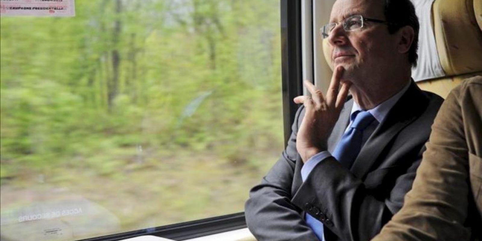 El candidato socialista a la presidencia de Francia, Francois Hollande, escucha a un asesor mientras viaja en un tren desde París con rumbo a un acto de campaña en Vierzon (Francia), hoy, martes 24 de abril de 2012. EFE