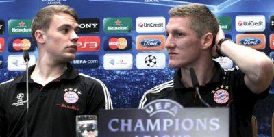 Los jugadores del Bayern de Munich el centrocampista Bastian Schweinsteiger (d) y el guardameta Manuel Neuer durante la rueda de prensa que ofrecieron hoy en el hotel en el que se encuentran concentrados en Madrid, previa al partido que disputarán mañana ante el Real Madrid, en la vuelta de la semifinal de la Liga de Campeones. EFE
