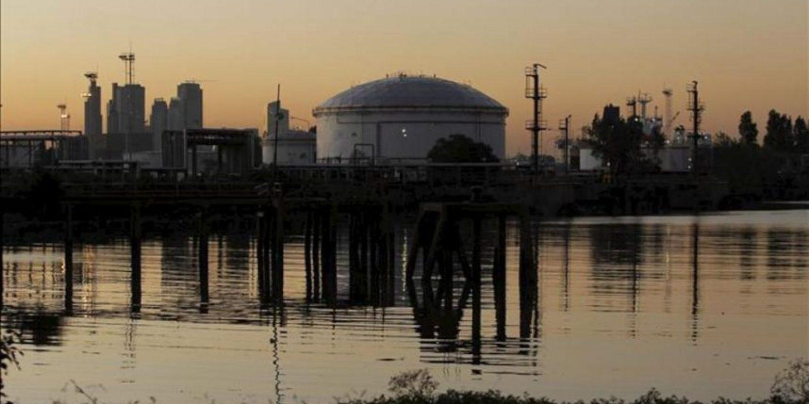 Vista de las instalaciones de la Terminal Dock Sud, de la petrolera YPF, en la ciudad de Avellaneda, en la provincia de Buenos Aires (Argentina). EFE/Archivo