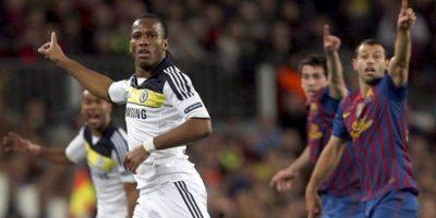 El delantero marfileño del Chelsea Didier Drogba (i) hoy, 24 de abril de 2012, durante el encuentro correspondiente a la vuelta de las semifinales de la Liga de Campeones en el Camp Nou. EFE